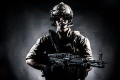 Żołnierza mężczyzna chwyta Maszynowego pistoletu stylu moda Fotografia Stock