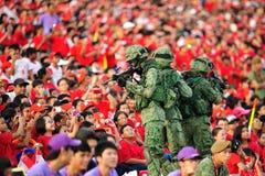 Żołnierze rusza się wśród widzów podczas święta państwowego Paradują próbę 2013 (NDP) Fotografia Stock