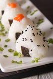 Onigiri在板材的米饭团特写镜头 垂直 库存照片