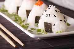 Onigiri在板材的米饭团特写镜头 水平 免版税库存照片