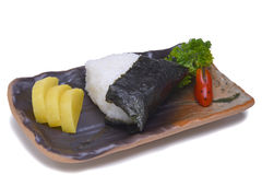 Onigiri com saque secado do nori da alga na placa cerâmica isolada Imagens de Stock Royalty Free