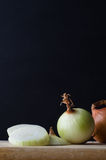 Onions Arranged on Chopping Board Royalty Free Stock Photography