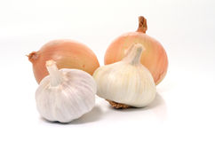 Onions and garlics. Onions e garlics over a white backgroud Royalty Free Stock Photo