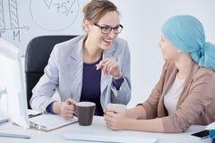Onkologe, der mit ihrem Patienten spricht Stockfotos