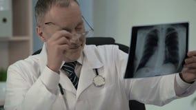 Onkologe, der Röntgenstrahl sieht und Patienten zu den wunderbaren Wiederaufnahme von Krebs sich freut stock video