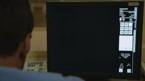 Onkologe, der sorgfältig mri von Becken- Organen für Vorhandensein von Tumoren überprüft stock video