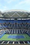 Onlangs Beter Arthur Ashe Stadium met gebeëindigd intrekbaar dak in Billie Jean King National Tennis Center stock fotografie