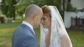 Onlangs boog het echtpaar elkaar hun hoofden aan en dichte ogen stock footage