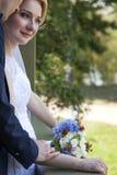 Onlangs de Handen van de Holding Weds Stock Fotografie