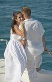 Onlangs echtpaar dat op de boog van een boot wordt bevonden stock foto's