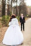 Onlangs echtpaar in de herfstpark royalty-vrije stock foto