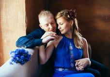 Onlangs echtpaar die hun huwelijk bekijken Stock Afbeeldingen