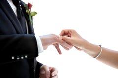 Onlangs echtpaar die trouwring op de vinger zetten royalty-vrije stock afbeelding