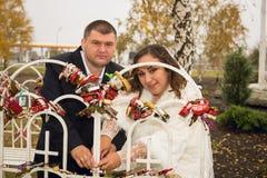 Onlangs echtpaar het stellen in park, de herfst royalty-vrije stock foto