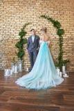 Onlangs echtpaar, houdend van paar vóór het huwelijk Man en vrouw die van elkaar houden Bruid in de turkooise kleding en bruidego stock afbeeldingen