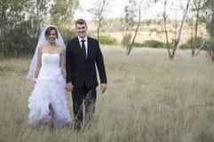Onlangs echtpaar in natuurlijk openluchtmilieu stock afbeelding