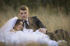 Onlangs echtpaar in natuurlijk openluchtmilieu stock foto