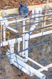 Onlangs Geïnstalleerde pvc-van het Loodgieterswerkpijpen en Staal Rebar Configuratie royalty-vrije stock fotografie
