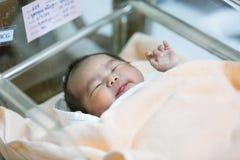 Onlangs geboren Thais babymeisje Stock Foto's
