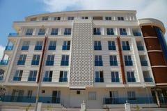 Onlangs gebouwd flatgebouw met meerdere verdiepingen zonder inwoner Royalty-vrije Stock Afbeeldingen