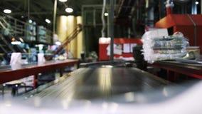 Onlangs gedrukte die krant in het drukhuis, voor distributie wordt ingepakt stock footage