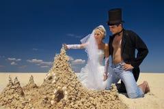 Onlangs-gehuwd paar dat op het strand geniet van Stock Fotografie