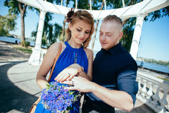 Onlangs-gehuwd paar die hun huwelijk bekijken Royalty-vrije Stock Fotografie