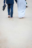 Onlangs-gehuwd paar die op het strand lopen stock foto