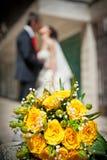 Onlangs-gehuwd paar en huwelijksboeket Stock Afbeelding