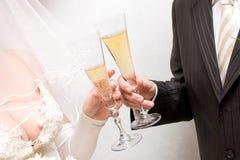 Onlangs-gehuwd paar met glazen Royalty-vrije Stock Foto's