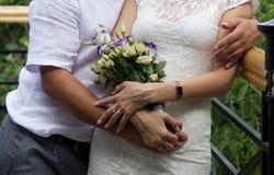 Onlangs-gehuwd paar op de brug royalty-vrije stock afbeelding