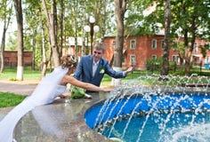 Onlangs huwelijkspaar in een park stock afbeeldingen