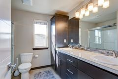 Onlangs vernieuwde badkamers in flatgebouw stock foto