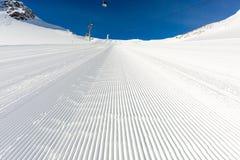 Onlangs verzorgde skihelling op een zonnige dag stock fotografie