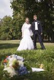 Onlangs wed holdingshanden, huwelijksboeket in de voorgrond Royalty-vrije Stock Afbeelding