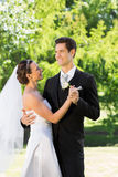 Onlangs wed paar die op huwelijksdag dansen royalty-vrije stock afbeeldingen