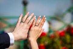 Onlangs wed paar` s handen met trouwringen stock fotografie