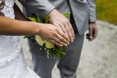 Onlangs wed paar` s handen met trouwringen stock afbeelding