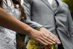 Onlangs wed paar` s handen met trouwringen royalty-vrije stock afbeeldingen