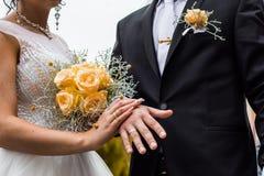 Onlangs wed paar` s handen met trouwringen stock foto's