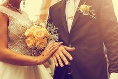 Onlangs wed paar` s handen met trouwringen Uitstekende toon royalty-vrije stock foto