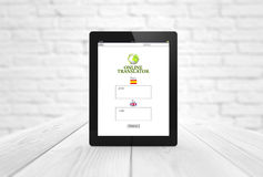 Online-översättare på trätabellen Arkivbilder