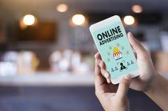 ONLINE-ADVERTIZINGWebsitemarknadsföringen, uppdatering tenderar advertizing Royaltyfri Foto