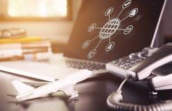 Online agencja podróży operatora biurowego biurka ustawianie obrazy royalty free