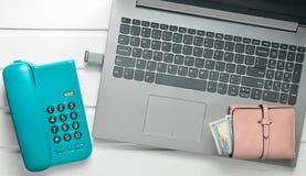 Online-arbete som frilansar begrepp Kontorstelefon, bärbar dator, pråligt drev, plånbok på en vit trätabell Top beskådar Arkivbild