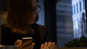 Online-bankrörelsen för härlig kvinna genom att använda smartphonen som direktanslutet shoppar med hemmastadd livsstil för kredit stock video