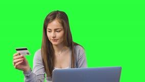 Online-bankrörelsen genom att använda bärbar datordatoren Royaltyfri Bild