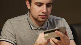 Online-bankrörelsen med den smarta telefonen 4K Materiellängd i fot räknat arkivfilmer