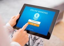 Online-bankrörelsen på minnestavladatoren arkivfoton