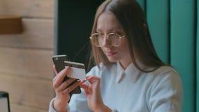 Online-bankr?relsen f?r h?rlig kvinna genom att anv?nda smartphonen som direktanslutet shoppar med hemmastadd livsstil f?r kredit stock video